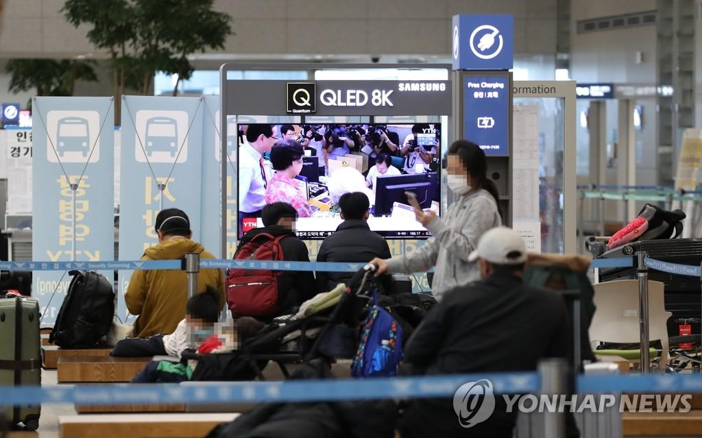 图为仁川国际机场第二航站楼到达大厅,摄于1月8日。 韩联社