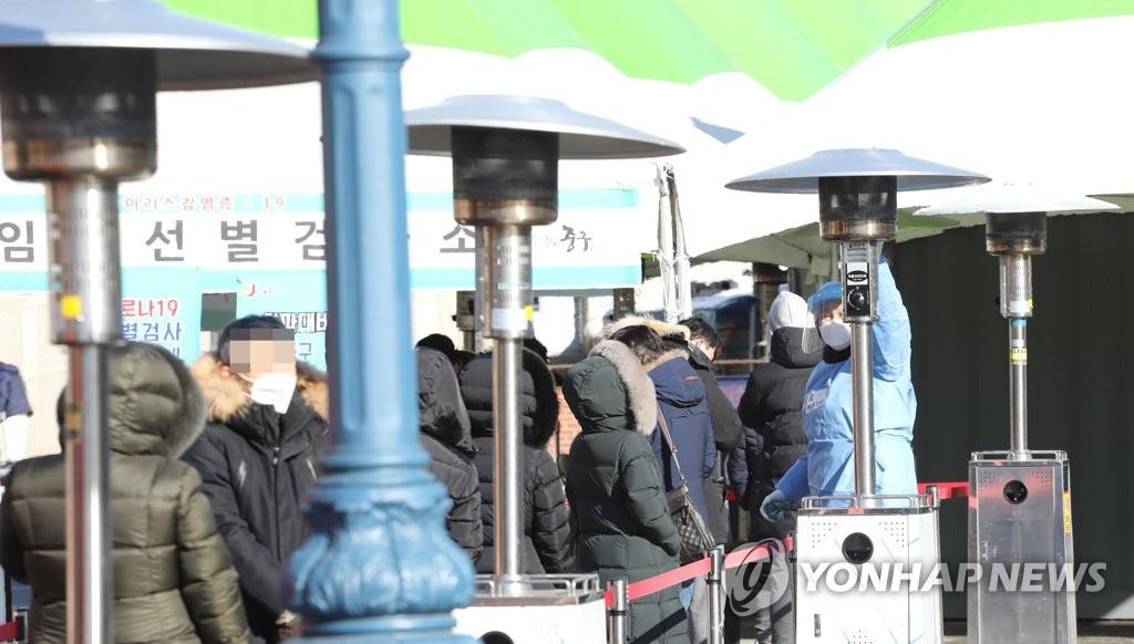 资料图片:图为设于首尔站广场的临时筛查诊所,摄于1月8日。 韩联社