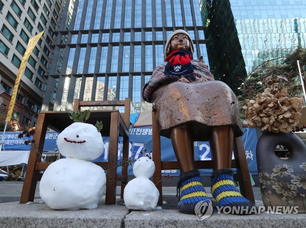 """资料图片:设立于首尔市钟路区的""""和平少女像"""" 韩联社"""