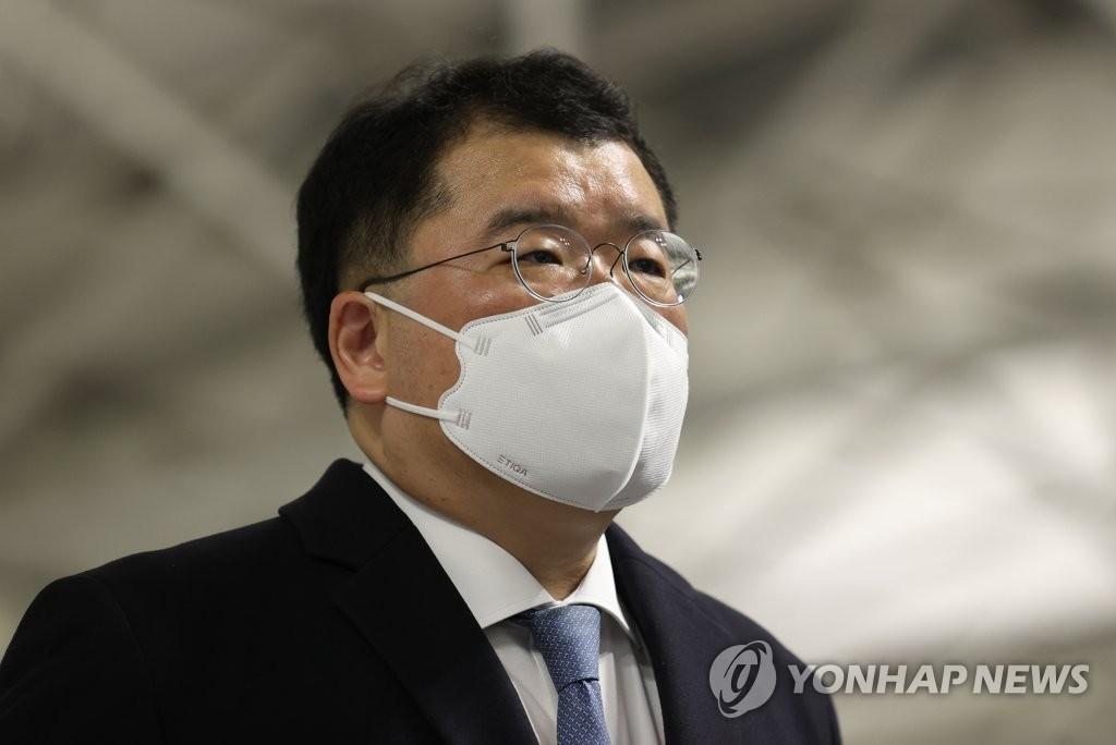 1月9日,在仁川机场,韩国外交部第一次官(副部长)崔钟建启程赴伊朗前接受记者采访。 韩联社