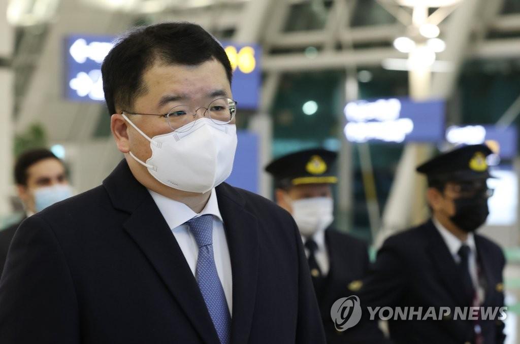 资料图片:1月9日,韩国副外长崔钟建在仁川国际机场准备乘机前往伊朗。 韩联社