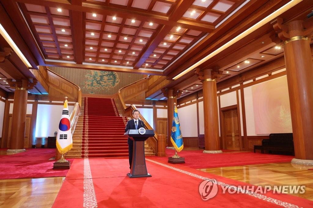 1月11日,韩国总统文在寅在青瓦台发表新年贺词。 韩联社