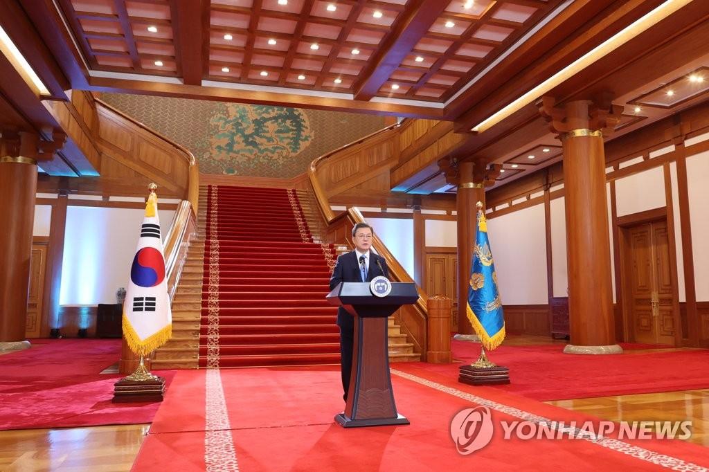 1月11日,在青瓦台,韩国总统文在寅发表新年贺词。 韩联社