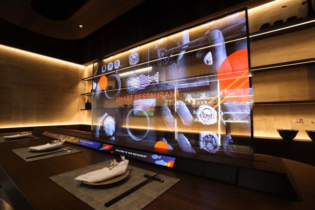 一家日式餐厅内的LG全透明QNED电视 LG电子供图(图片严禁转载复制)