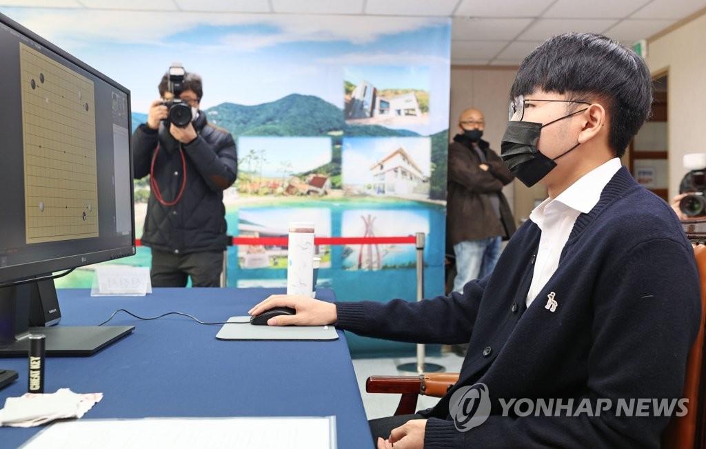 1月12日,第九届应氏杯世界职业围棋锦标赛半决赛三番棋第二局在线上战罢,韩国名将申真谞以2比0击败赵晨宇,晋级决赛。 韩联社
