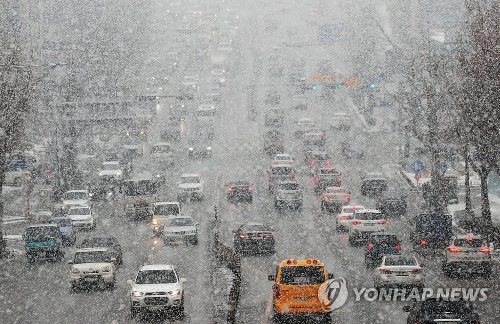 资料图片:1月12日,京畿道水原市迎来降雪天气。 韩联社