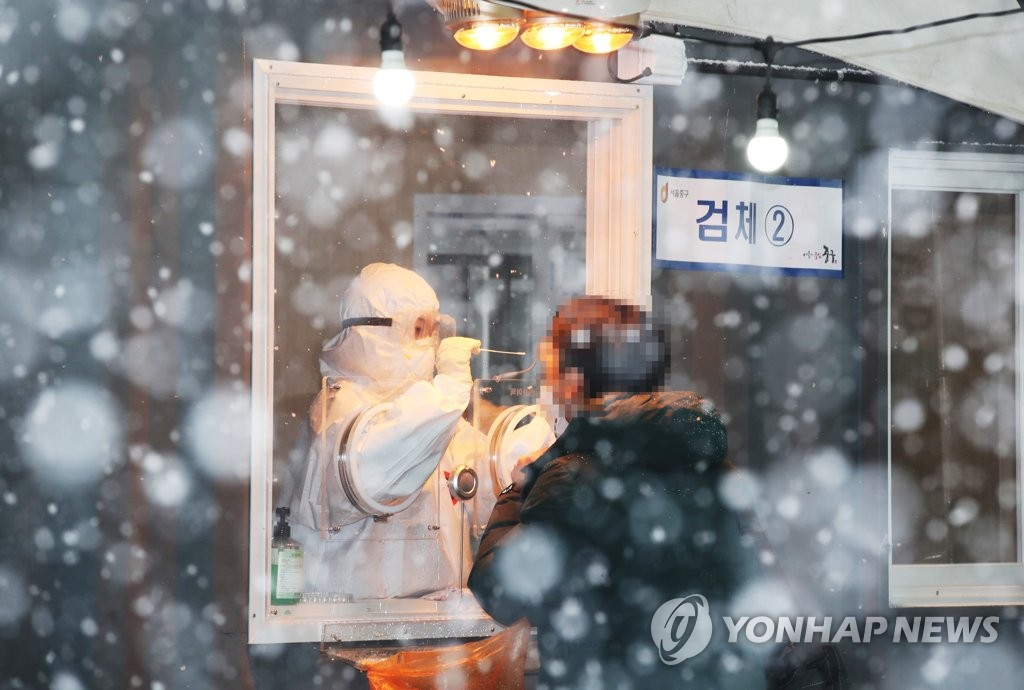 资料图片:一位市民接受新冠病毒检测。 韩联社