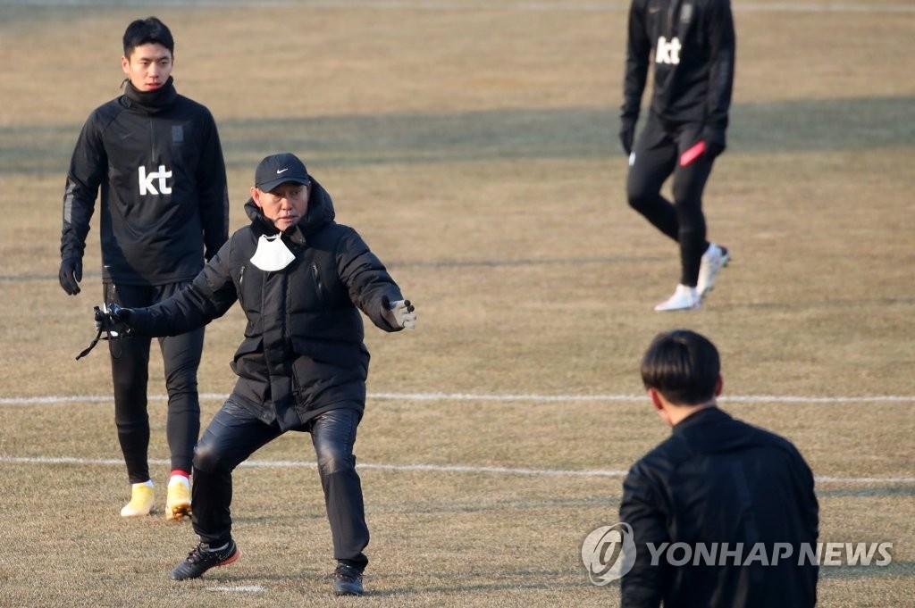 1月12日,金鹤范带队在江陵综合运动场集训。 韩联社