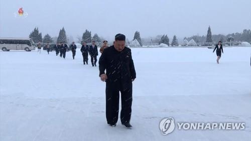 金正恩冒雪前往太阳宫