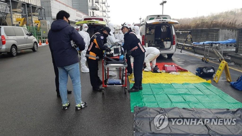 1月13日,LG Display坡州工厂发生危险化学品泄漏事故。图为伤者被移送医院治疗。 韩联社