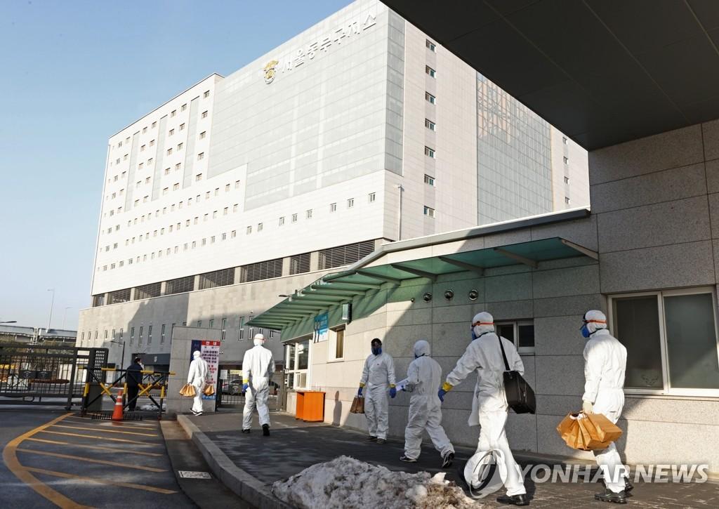 1月14日,防疫工作人员正在进入首尔东部看守所。 韩联社