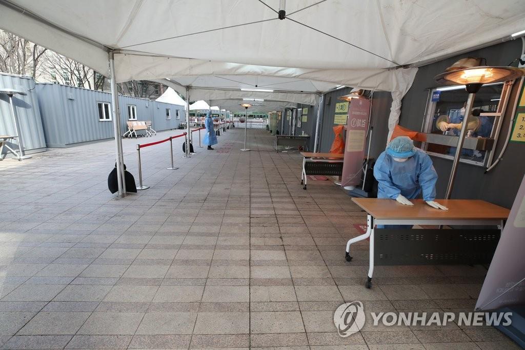 资料图片:1月14日上午,位于首尔火车站的筛查诊所十分冷清。 韩联社
