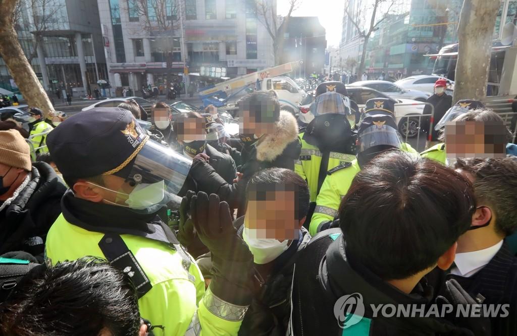 朴槿惠支持者与警员冲突