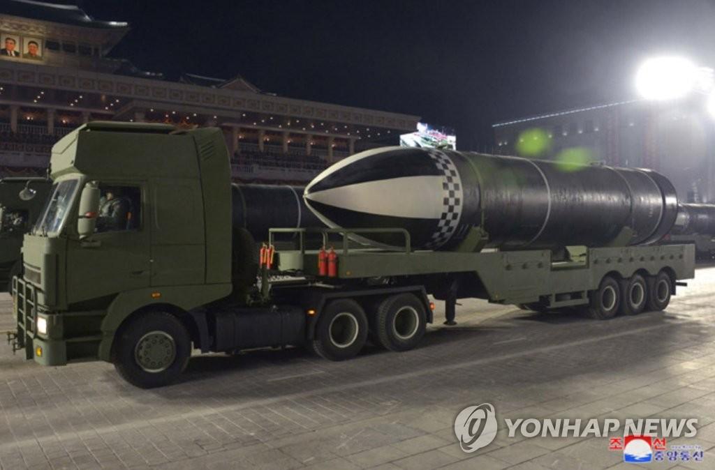资料图片:朝中社1月15日报道称,朝鲜14日晚举行阅兵式纪念劳动党第八次全国代表大会。图为朝鲜展示的新型潜射弹道导弹。 韩联社/朝中社(图片仅限韩国国内使用,严禁转载复制)