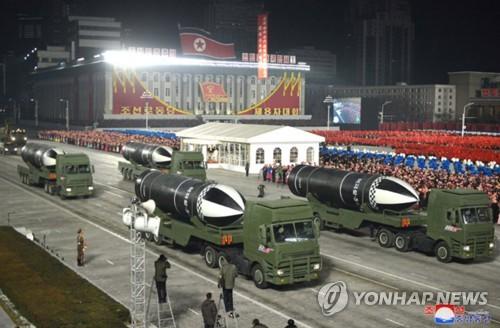 朝鲜阅兵式展示新型潜射弹道导弹