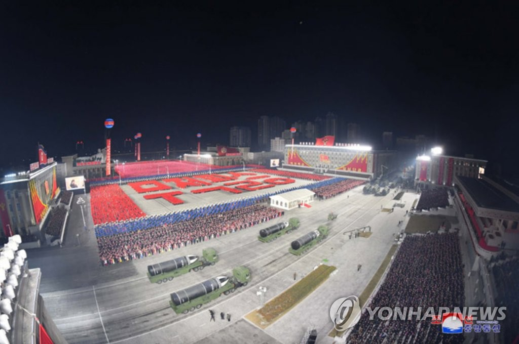 据朝中社1月15日报道,朝鲜14日晚举行阅兵式纪念劳动党第八次全国代表大会。图为从空中俯瞰阅兵式。 韩联社/朝中社(图片仅限韩国国内使用,严禁转载复制)