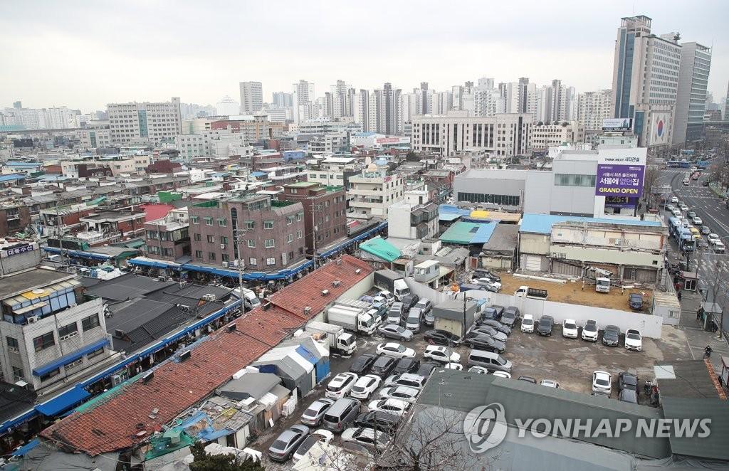 """资料图片:被指定为拆迁重建区域的首尔""""龙头1-6""""区。 韩联社"""