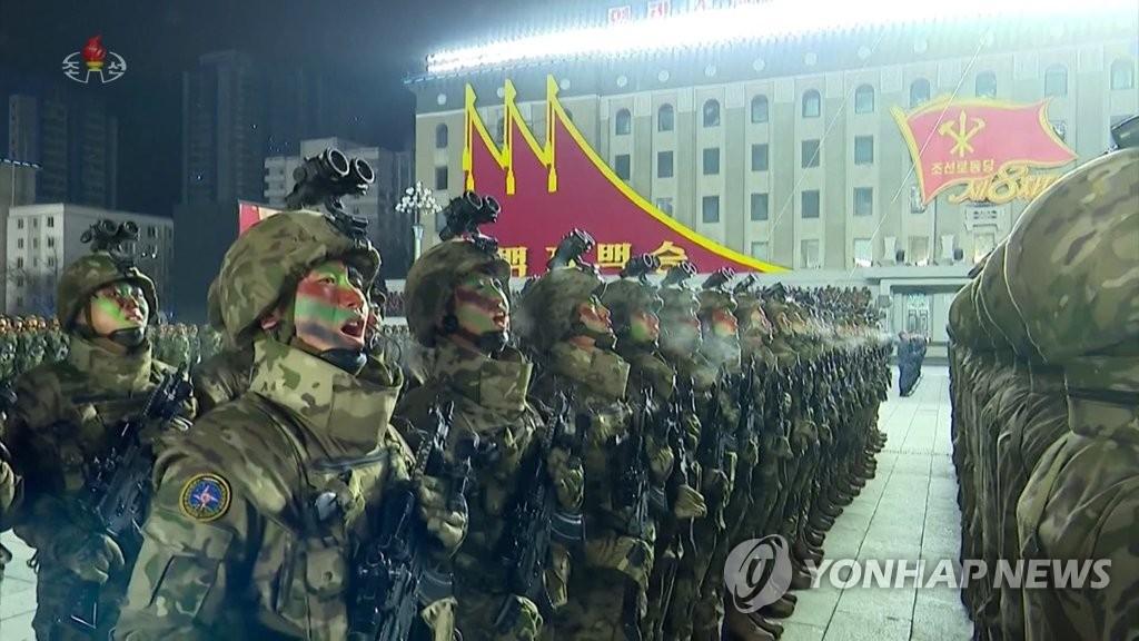 据朝鲜中央电视台1月15日报道,朝鲜劳动党第八次代表大会阅兵式前一天在平壤金日成广场举行。图为受阅方队高喊口号。 韩联社/朝鲜中央电视台画面截图(图片仅限韩国国内使用,严禁转载复制)