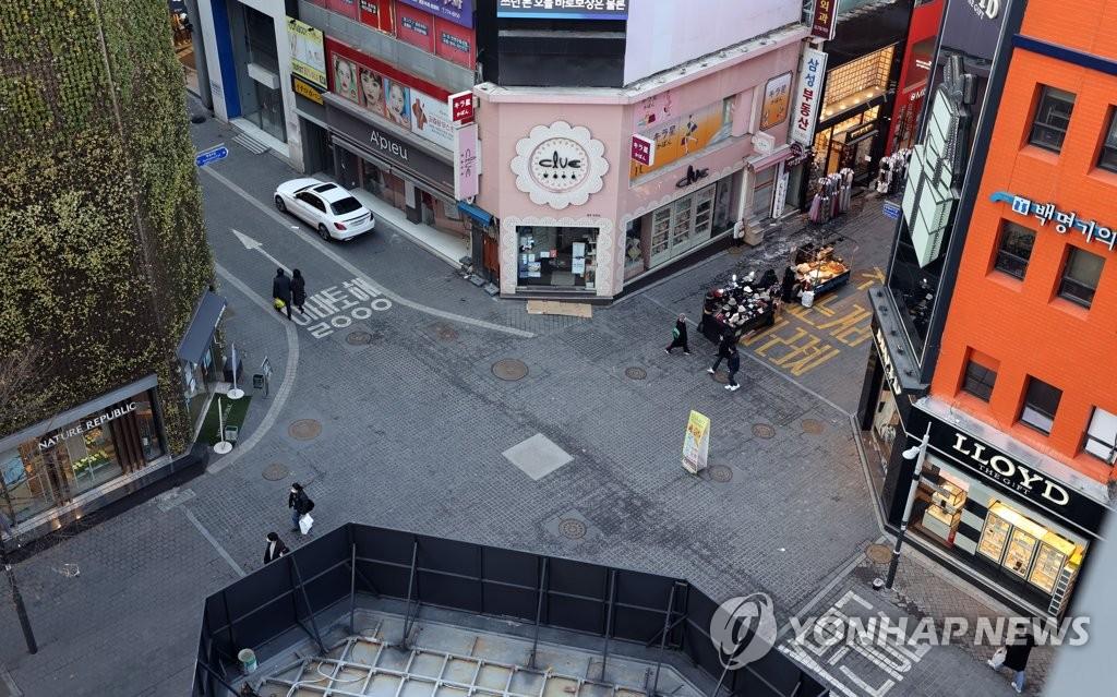 资料图片:1月16日下午,首尔明洞街头人迹稀少。 韩联社