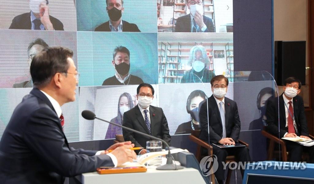 1月18日,在青瓦台,文在寅在新年记者会上回答提问。 韩联社