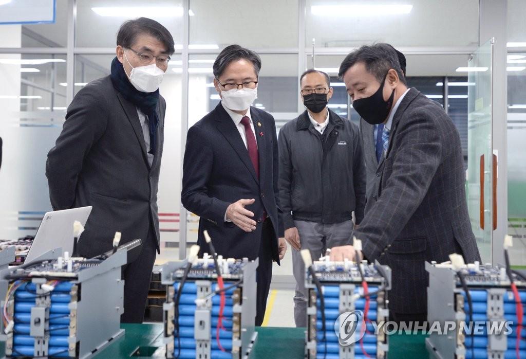 1月18日,在京畿道安养市,产业通商资源部次官朴真圭(左二)走访一家二次电池解决方案企业。 韩联社/产业通商资源部供图(图片严禁转载复制)