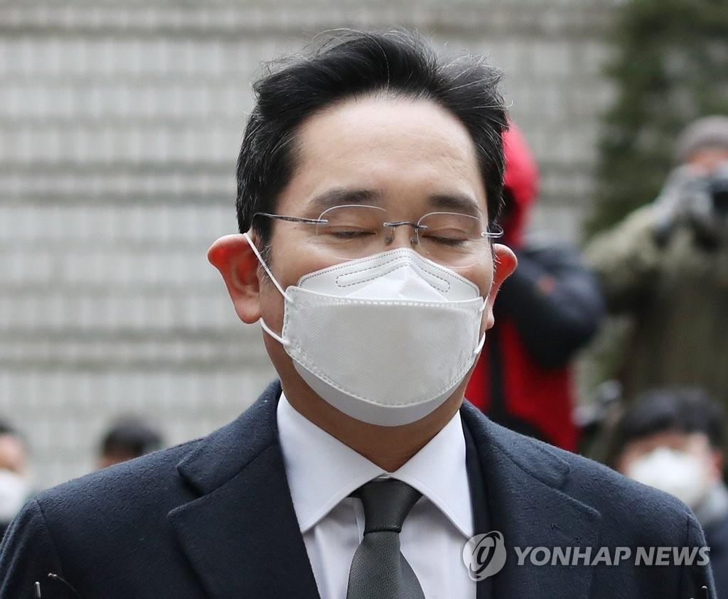 1月18日,在首尔高等法院,李在镕出庭受审。 韩联社