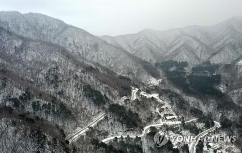 白雪皑皑的白头大干山脉