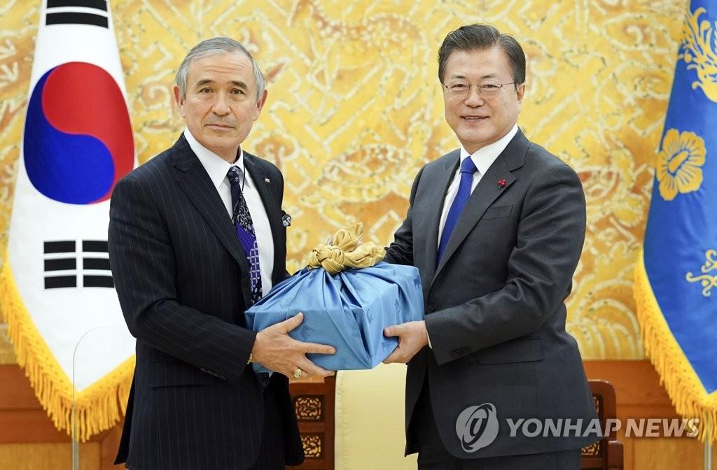 韩总统赠酒美大使