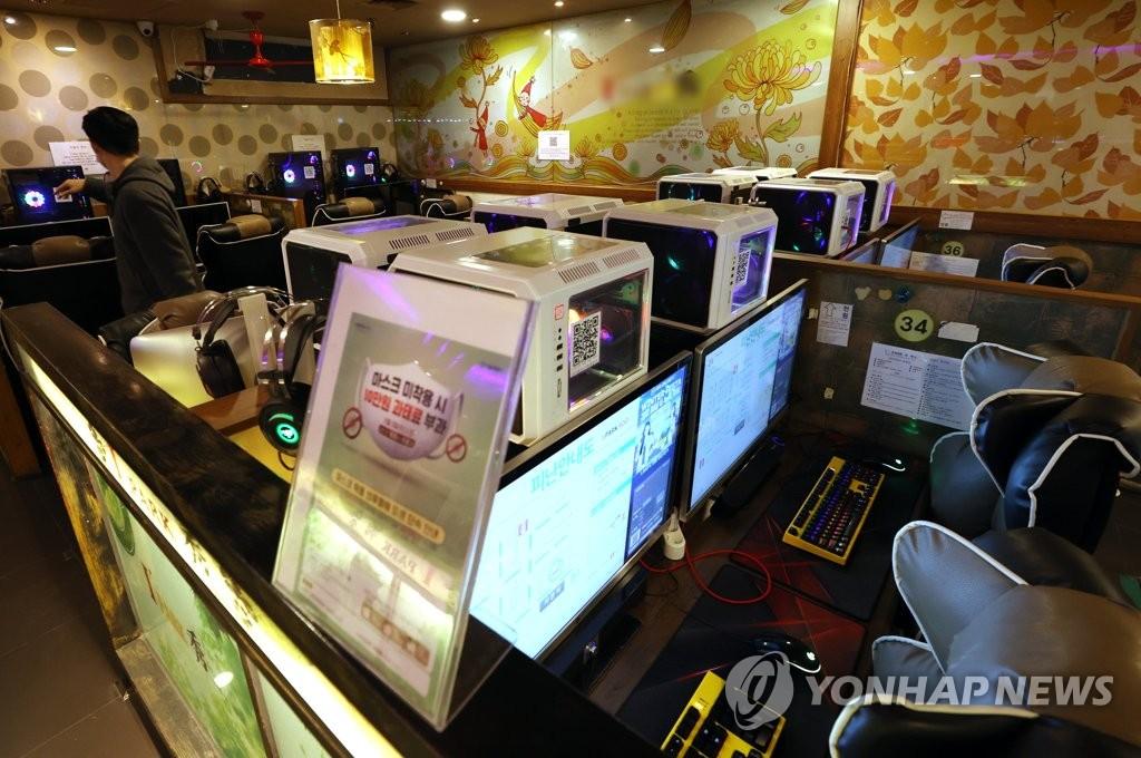 网吧开灯抗议政府防疫举措