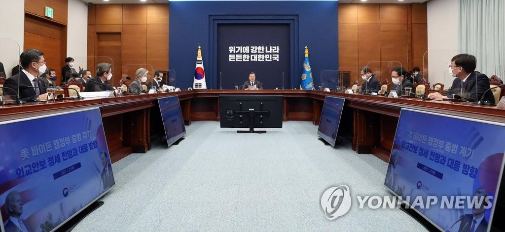 1月21日,在韩国总统府青瓦台,总统文在寅(中)主持召开国家安全保障会议(NSC)全体会议。 韩联社