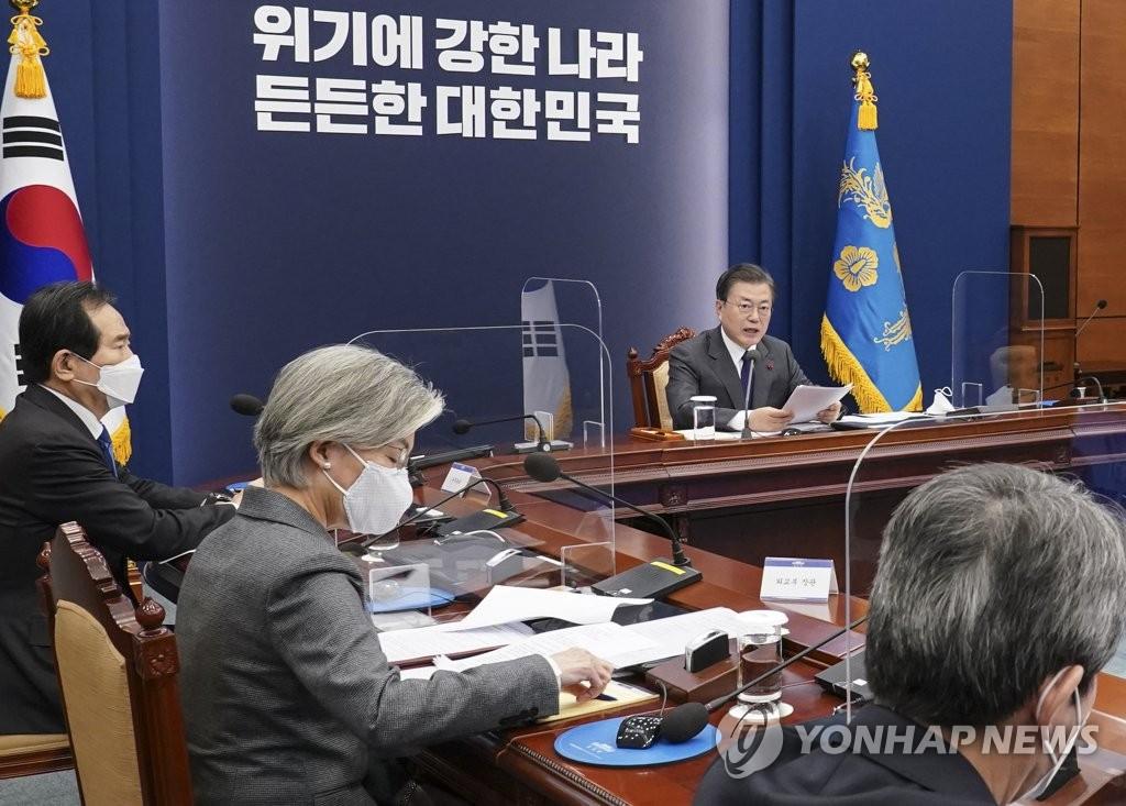 资料图片:1月21日,在青瓦台,文在寅(右)接受外交安保部门工作汇报。 韩联社