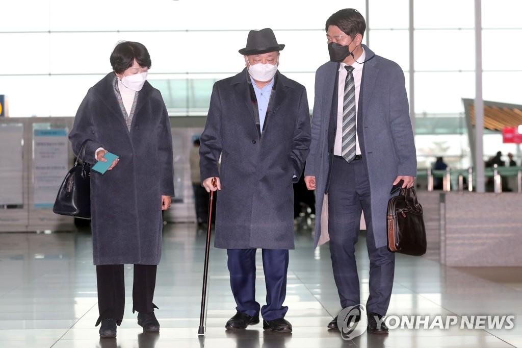 1月22日,新任韩国驻日本大使姜昌一(中)为出国抵达仁川机场第二航站楼。 韩联社
