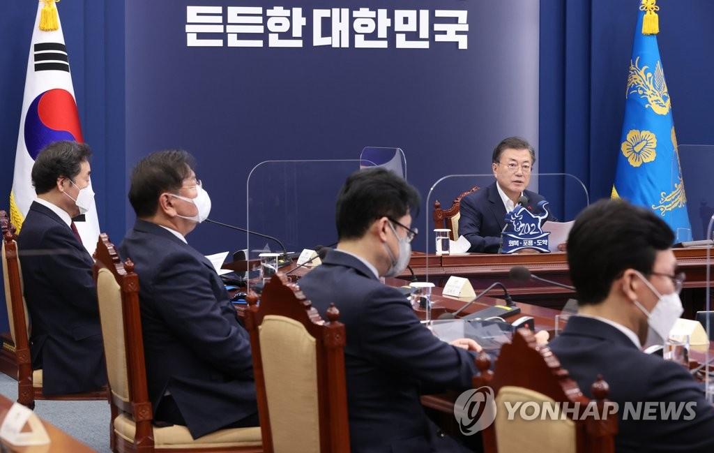 1月25日,在青瓦台,韩国文在寅在保健福祉部、食品医药品安全处、疾病管理厅新年工作计划汇报会上发言。 韩联社