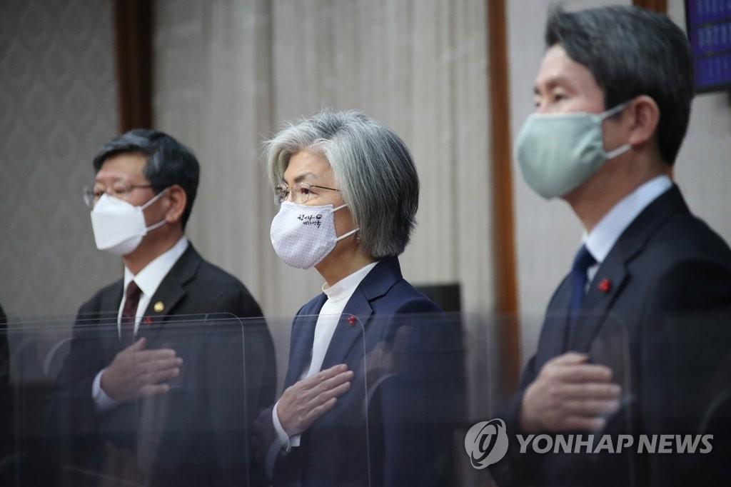 资料图片:韩国外长康京和(居中)和统一部长官李仁荣(右) 韩联社