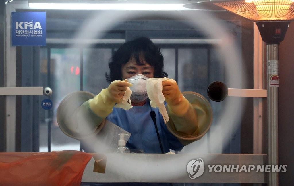 资料图片:临时筛查诊所的医务人员 韩联社