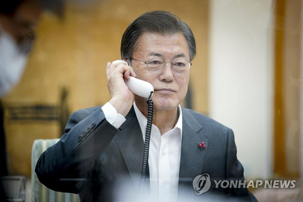 1月26日下午,韩国总统文在寅和中国国家主席习近平通电话。 韩联社/青瓦台供图(图片严禁转载复制)
