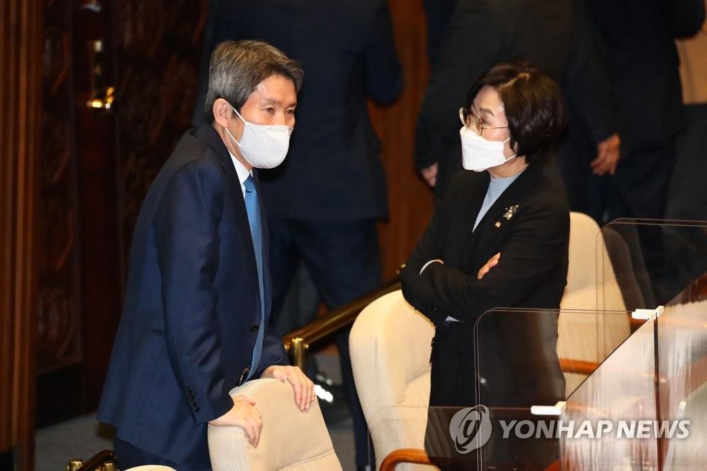 统一部长官李仁荣(左) 韩联社