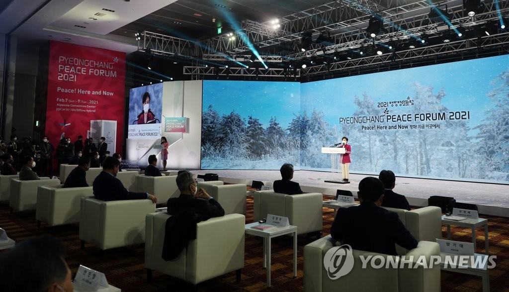 2月7日,在江原道平昌郡阿尔卑西亚度假会议中心,平昌和平论坛共同委员长康锦实为论坛致开幕词。 韩联社