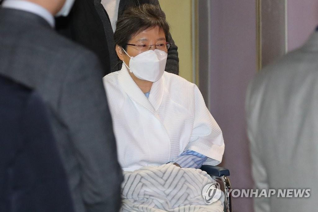 资料图片:2月9日,韩国前总统朴槿惠离开位于首尔瑞草区的首尔圣母医院,返回看守所。 韩联社