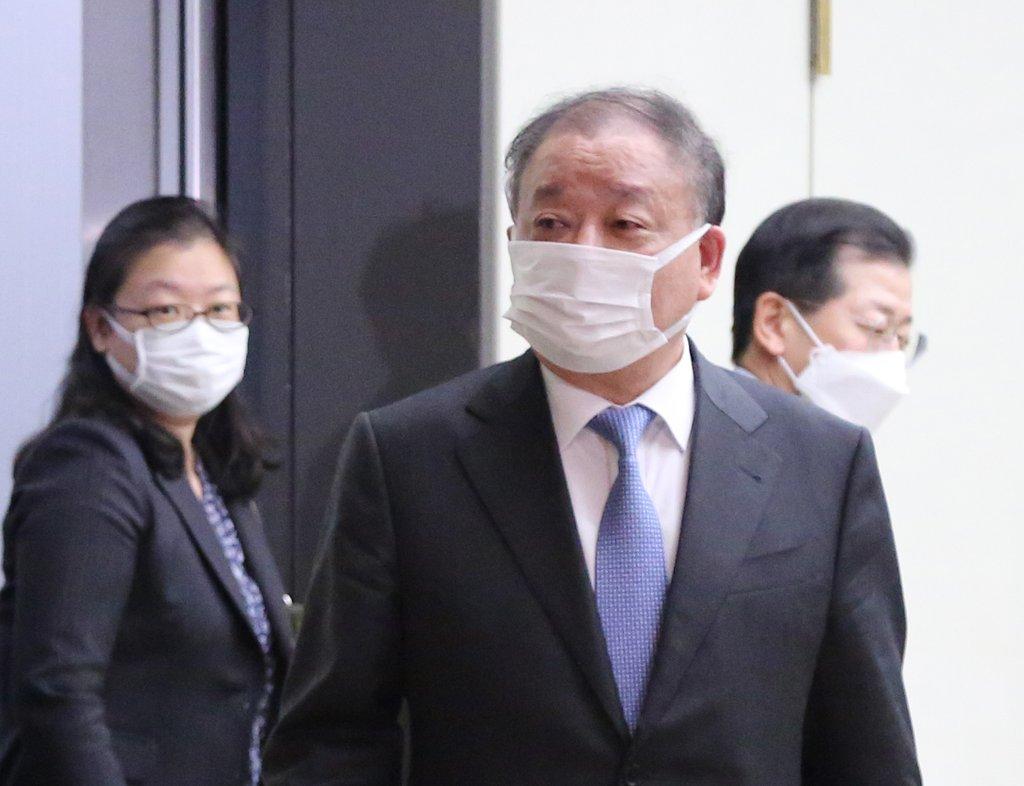 资料图片:2月12日下午,在日本外务省,姜昌一在会见日本外务省事务次官秋叶刚男后,走出外务省。 韩联社