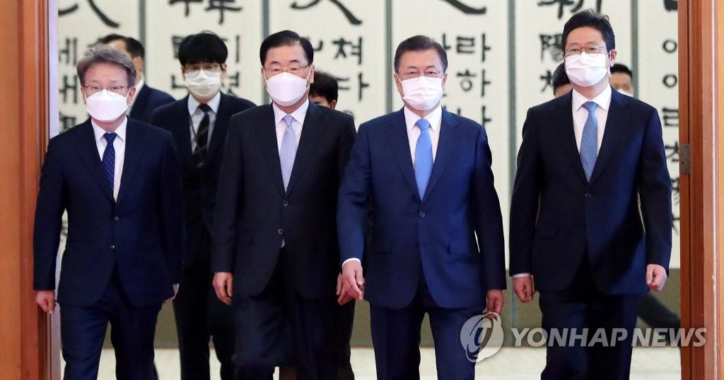 2月15日,在青瓦台,文在寅(右二)向新任国务委员颁发任命书后离场。 韩联社