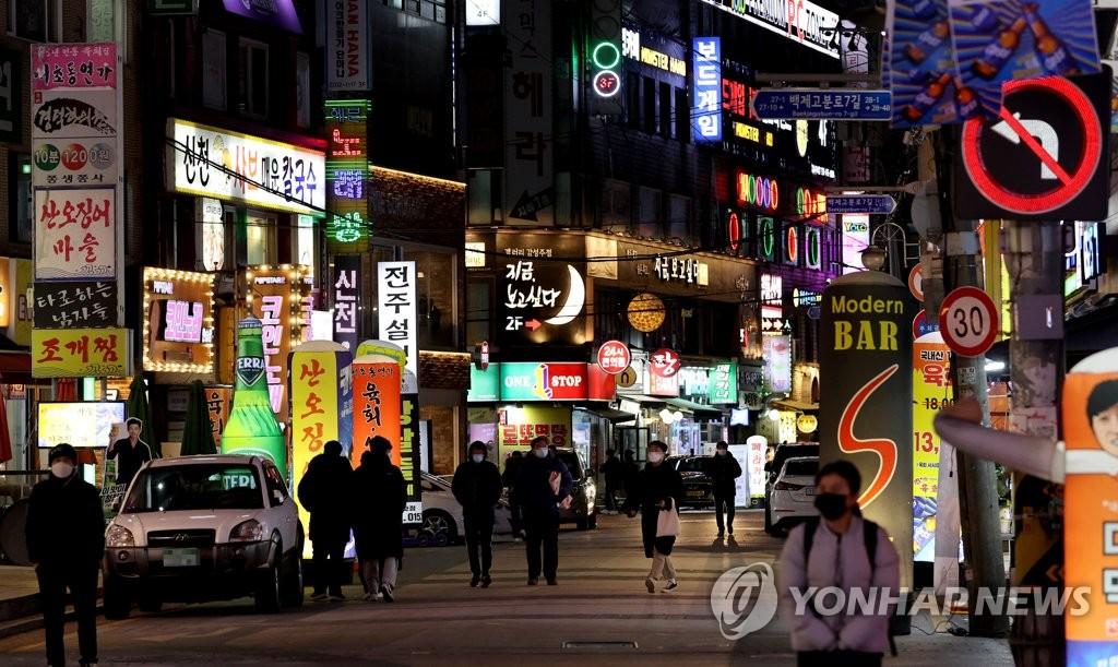 资料图片:首尔市蚕室洞的繁华街区 韩联社