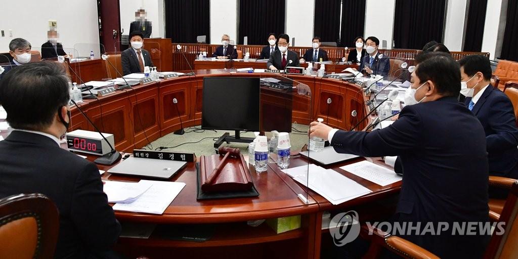 2月16日上午,在韩国国会,国家情报院院长朴智元出席情报委员会全会。 韩联社