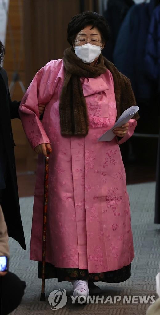 2月16日,在韩国新闻中心,李容洙老人开记者会要求将慰安妇问题诉诸国际法院。 韩联社