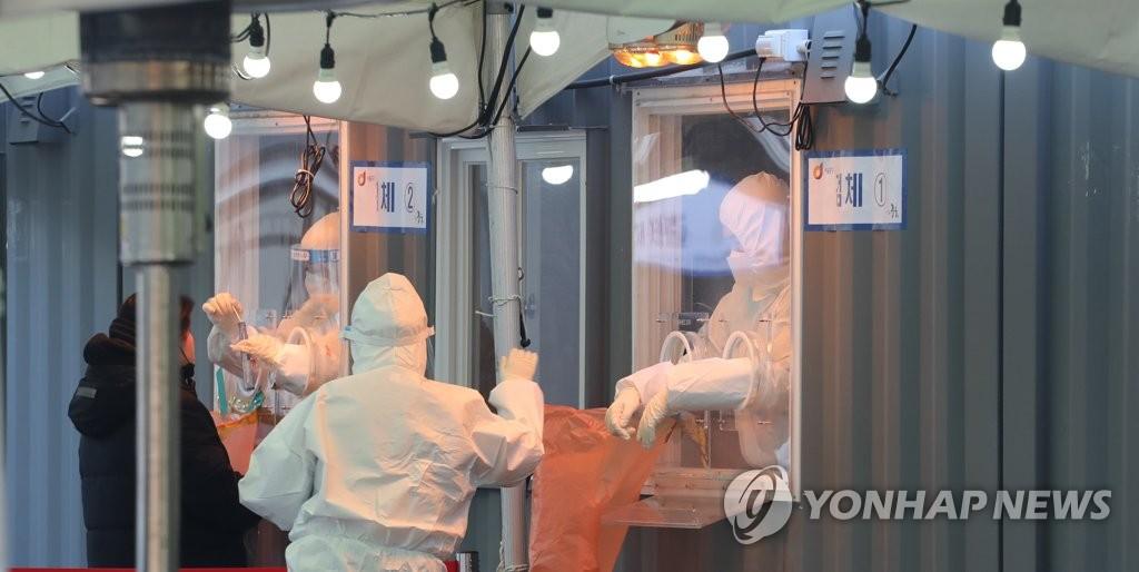 资料图片:位于首尔火车站广场的临时筛查诊所 韩联社