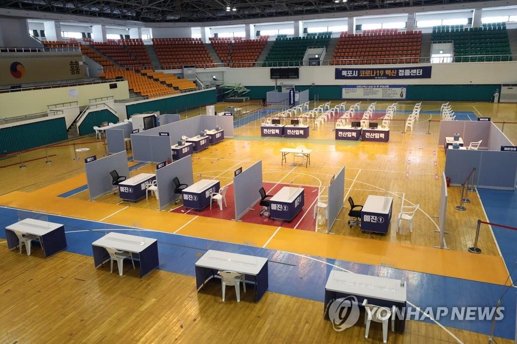 资料图片:2月18日,在全罗南道木浦室内体育馆,一天可接种600人的疫苗接种中心虚位以待。 韩联社