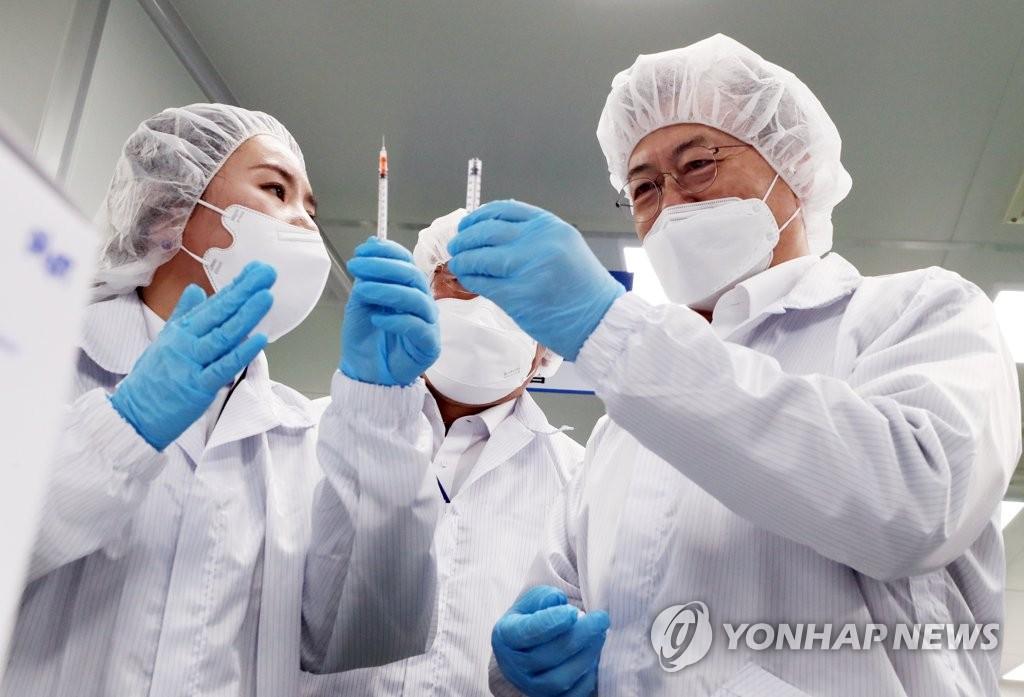 """2月18日,在全罗北道群山市,文在寅(右)视察医疗器械厂商""""Poonglim Pharmatech""""。 韩联社"""