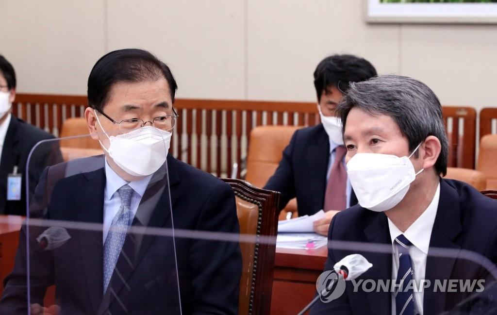 2月18日,在韩国国会,统一部长官李仁荣(右)出席国会外交统一委员会全体会议。 韩联社