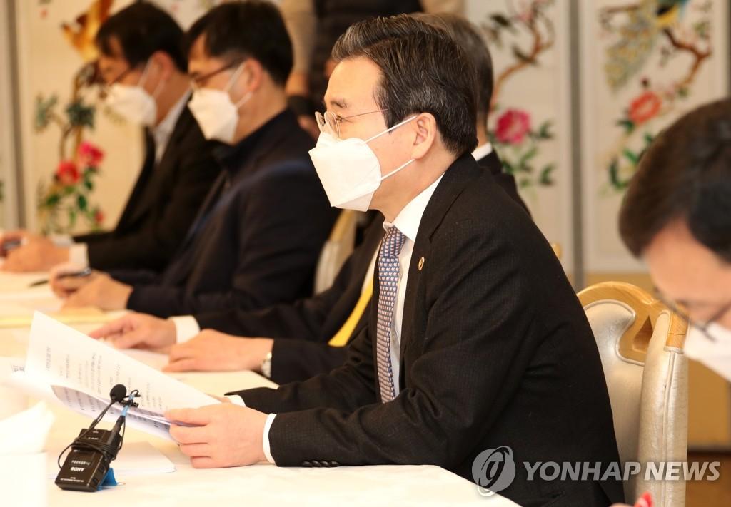 2月19日,在中央政府首尔大楼,金容范主持召开创新增长战略检查暨物价部门长官会议。 韩联社