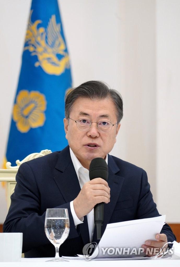 2月19日,在青瓦台,文在寅与执政党领导班子座谈。 韩联社
